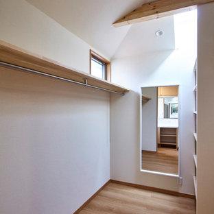 Idee per una cabina armadio unisex contemporanea di medie dimensioni con nessun'anta, ante in legno scuro, pavimento in compensato, pavimento marrone e soffitto in carta da parati