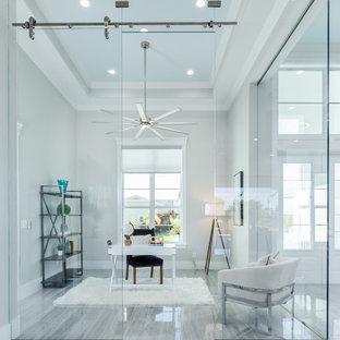 Idéer för ett mellanstort modernt arbetsrum, med ett bibliotek, grå väggar, klinkergolv i keramik, ett fristående skrivbord och grått golv