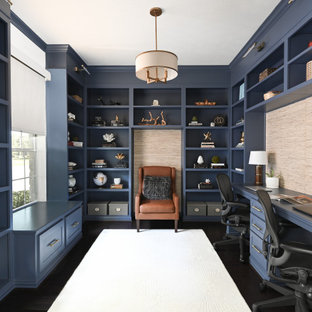 Inredning av ett maritimt litet hemmabibliotek, med blå väggar, mörkt trägolv, ett inbyggt skrivbord och brunt golv