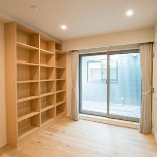 Mittelgroßer Rustikaler Yogaraum mit weißer Wandfarbe, gebeiztem Holzboden, beigem Boden und Tapetendecke in Tokio