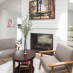 Großes Klassisches Hauptschlafzimmer mit grauer Wandfarbe, braunem Holzboden, Tunnelkamin, gefliester Kaminumrandung, braunem Boden, gewölbter Decke und Holzdielenwänden in Baltimore