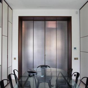Ispirazione per una sala da pranzo contemporanea con pareti bianche, pavimento in marmo e pavimento giallo