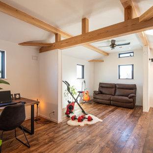 Multifunktionaler, Großer Moderner Fitnessraum mit weißer Wandfarbe, hellem Holzboden, braunem Boden und freigelegten Dachbalken in Sonstige
