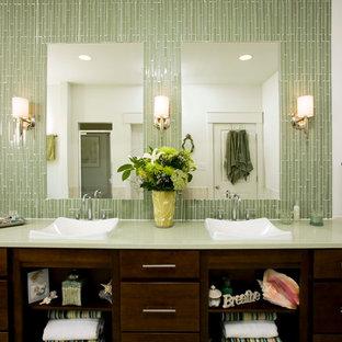 Klassisches Badezimmer mit Aufsatzwaschbecken, dunklen Holzschränken, grünen Fliesen, Stäbchenfliesen, flächenbündigen Schrankfronten und grüner Waschtischplatte in Washington, D.C.