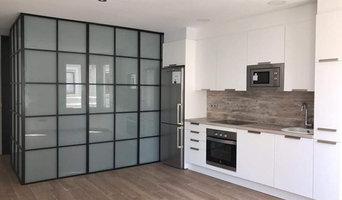 Habitación robada al comedor que comparte su luz con paredes de hierro y cristal