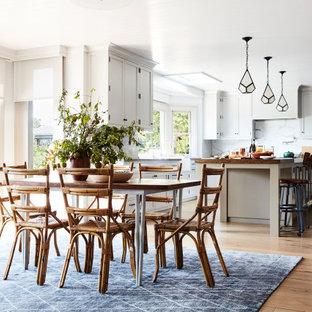 Esempio di una sala da pranzo aperta verso la cucina stile rurale con pavimento in legno massello medio, pavimento marrone e soffitto in perlinato