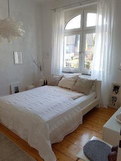 Bett direkt vor einem fenster wie fensterdekoration - Bett vorm fenster stellen ...