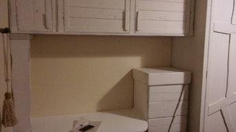 habitación rústica con armario, cama, escritorio, mesillas, altillos