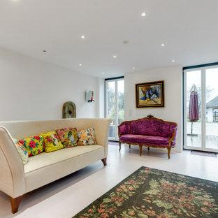 Immagine di un soggiorno boho chic con pavimento viola