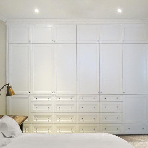 kleines ankleidezimmer mit schrankfronten mit vertiefter f llung ideen f r den ankleideraum. Black Bedroom Furniture Sets. Home Design Ideas
