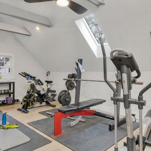 Multifunktionaler, Mittelgroßer Klassischer Fitnessraum mit grauer Wandfarbe, Vinylboden, grauem Boden und freigelegten Dachbalken in Boston