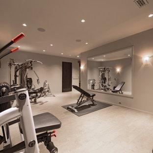 Foto di una grande sala pesi chic con pareti grigie, pavimento con piastrelle in ceramica e pavimento beige