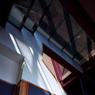 Idées déco pour un couloir éclectique en bois de taille moyenne avec un mur multicolore, un sol en bois brun, un sol marron et un plafond en lambris de bois.