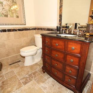 Cette image montre un WC et toilettes traditionnel avec du carrelage en travertin.