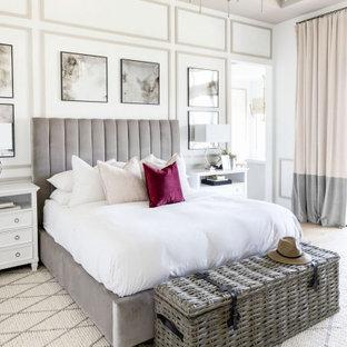 Großes Maritimes Hauptschlafzimmer mit weißer Wandfarbe, hellem Holzboden, beigem Boden, eingelassener Decke und Holzwänden in Phoenix