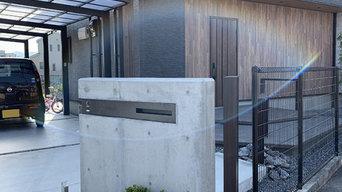 大阪府枚方市 無機質な打ち放し門柱と武骨な自然石がスタイリッシュでモダンなエクステリア。