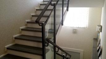 Лестничное заграждение из стекла и нержавеющей стали.