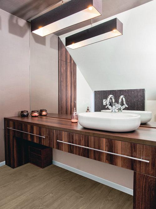 Badezimmer mit dunklen holzschränken und vinyl boden ideen ...