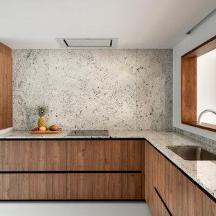 Ejemplo de cocina en L, contemporánea, sin isla, con fregadero bajoencimera, armarios con paneles lisos, puertas de armario de madera oscura, salpicadero verde, salpicadero de losas de piedra, suelo gris y encimeras grises