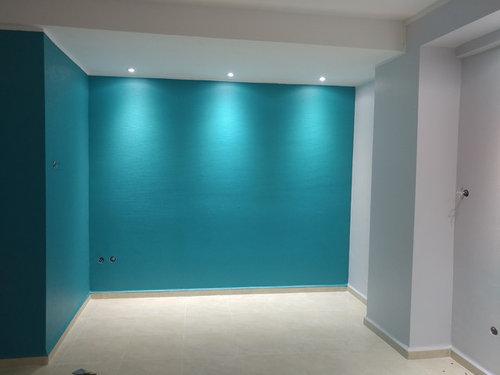 Déco d\'un mur bleu canard