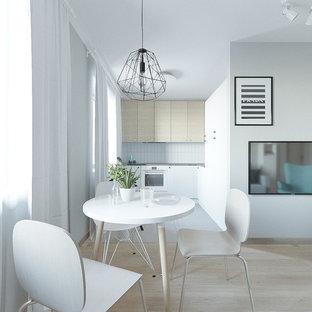 Ispirazione per un piccolo soggiorno scandinavo aperto con pareti grigie, pavimento in laminato, TV a parete e pavimento rosa