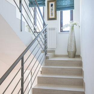 Modelo de escalera en U, mediterránea, de tamaño medio, con escalones de madera pintada, contrahuellas de madera pintada y barandilla de metal