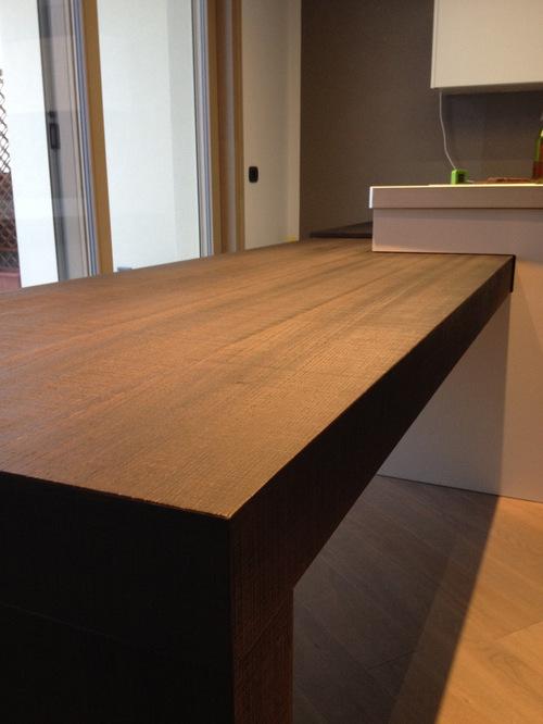 cucina con tavolo penisola estraibile e top in fenix table tops and bases