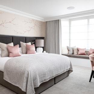 ケントのトランジショナルスタイルのおしゃれな客用寝室 (白い壁、カーペット敷き、暖炉なし、グレーの床、白い天井)