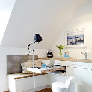 Ispirazione per un piccolo soggiorno design con pareti bianche e parquet chiaro