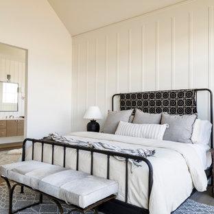 Mittelgroßes Landhausstil Hauptschlafzimmer mit weißer Wandfarbe, braunem Holzboden, Kamin, verputzter Kaminumrandung, gewölbter Decke und Wandpaneelen in Boise