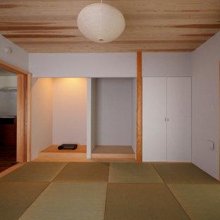 Inredning av ett mellanstort sovrum, med vita väggar och tatamigolv