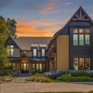 Idéer för att renovera ett stort rustikt beige hus, med tre eller fler plan, stuckatur, sadeltak och tak i shingel