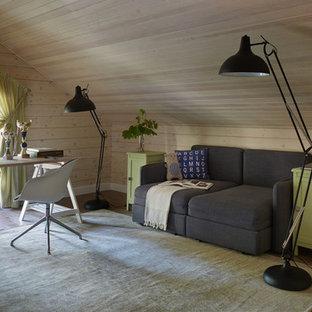 Пример оригинального дизайна: рабочее место в скандинавском стиле с бежевыми стенами, ковровым покрытием и отдельно стоящим рабочим столом