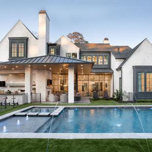 Idee per la facciata di una casa unifamiliare ampia multicolore classica a due piani con rivestimenti misti, tetto a capanna, copertura a scandole, tetto grigio e pannelli e listelle di legno