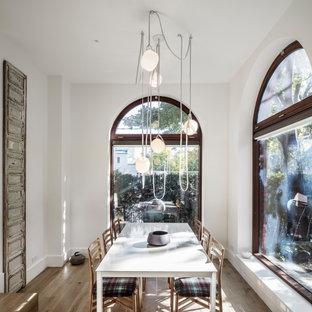Immagine di una piccola sala da pranzo minimal con parquet chiaro