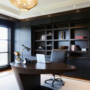 Идея дизайна: большое рабочее место в современном стиле с черными стенами, ковровым покрытием, отдельно стоящим рабочим столом, белым полом и многоуровневым потолком