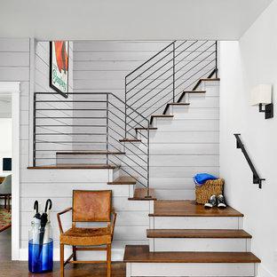 Ejemplo de escalera en U, de estilo de casa de campo, con escalones de madera y contrahuellas de madera pintada
