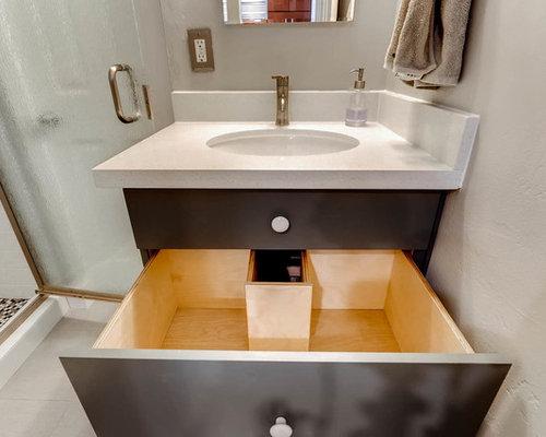 badezimmer mit schwarz wei en fliesen und glasfliesen. Black Bedroom Furniture Sets. Home Design Ideas