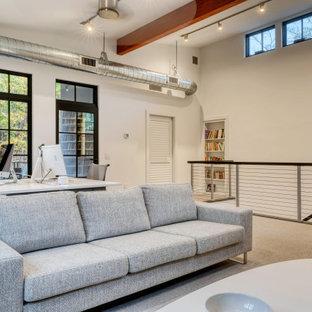 Источник вдохновения для домашнего уюта: домашняя библиотека в стиле модернизм с белыми стенами, ковровым покрытием, отдельно стоящим рабочим столом и серым полом без камина