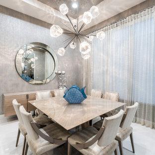 Foto di una grande sala da pranzo aperta verso il soggiorno contemporanea con pareti con effetto metallico, pavimento in marmo, pavimento bianco, soffitto in carta da parati e carta da parati