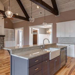 Idéer för mycket stora vintage beige kök, med en undermonterad diskho, skåp i shakerstil, lila skåp, granitbänkskiva, grått stänkskydd, stänkskydd i keramik, rostfria vitvaror, ljust trägolv, en köksö och flerfärgat golv