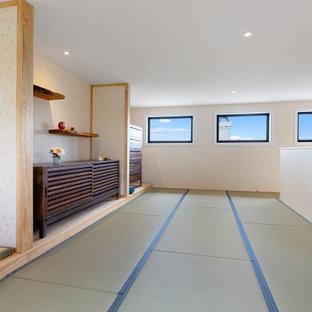 Asiatisches Schlafzimmer mit weißer Wandfarbe, Tatami-Boden und Tapetenwänden in Auckland
