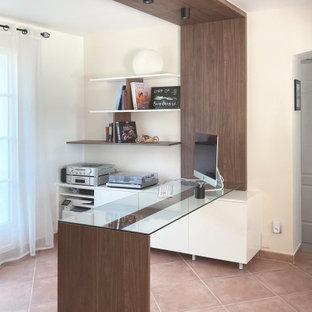 Foto de despacho contemporáneo, de tamaño medio, sin chimenea, con paredes beige, suelo de baldosas de cerámica, escritorio independiente y suelo rosa