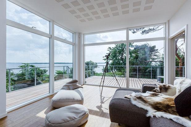 Modern Living Room by Skanlux byggefirma A/S