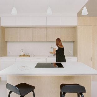 Zweizeilige, Mittelgroße Moderne Wohnküche mit Unterbauwaschbecken, flächenbündigen Schrankfronten, hellen Holzschränken, Arbeitsplatte aus Terrazzo, Küchengeräten aus Edelstahl, Kücheninsel und gewölbter Decke in London