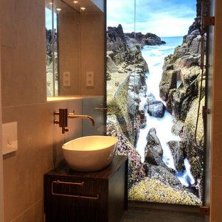 Idéer för funkis badrum, med en kantlös dusch, bänkskiva i koppar och dusch med gångjärnsdörr