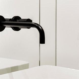 Idee per una stanza da bagno padronale design di medie dimensioni con ante lisce, ante nere, piastrelle bianche, piastrelle a specchio, pareti bianche, pavimento in cementine, lavabo a bacinella, top in quarzite, pavimento nero, top bianco, vasca sottopiano, vasca/doccia e porta doccia a battente