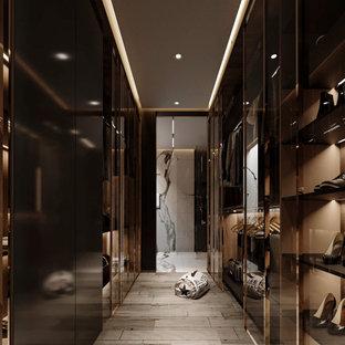 Idéer för stora funkis omklädningsrum för könsneutrala, med luckor med glaspanel, skåp i mörkt trä och ljust trägolv
