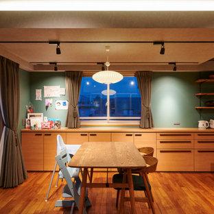 福岡の広いミッドセンチュリースタイルのおしゃれなLDK (緑の壁、無垢フローリング、茶色い床、グレーの天井) の写真