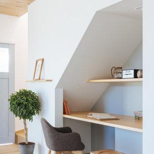 他の地域の小さい北欧スタイルのおしゃれな書斎 (グレーの壁、淡色無垢フローリング、造り付け机、ベージュの床、クロスの天井、壁紙) の写真